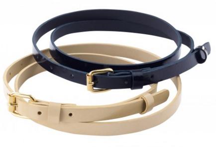 חגורת אופנה עם אבזם זהב אשר משלים שמלות ומכנסיים באופן מושלם